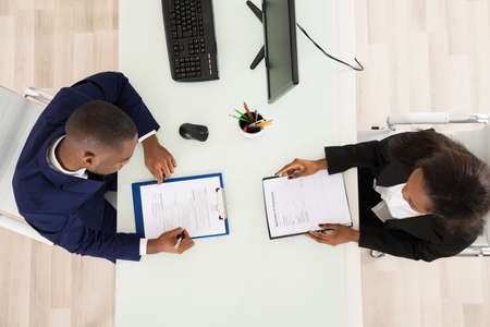 High Angle View Of Two Businesspeople Working In Office Banque d'images