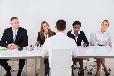 Grupo de empresarios Entrevista al hombre en oficina