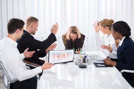 動揺して実業家の会議での積極的な同僚と座っています。 写真素材