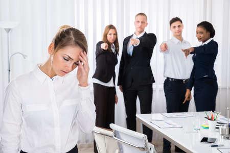 Businesspeople Blâmer Collègue Femme Frustré Dans Office