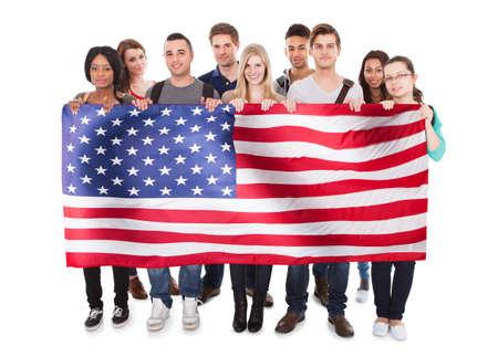 Bandera feliz holding de personas Americana contra el fondo blanco