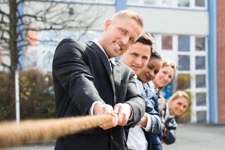 Gruppo di Imprenditori multietnici tirando la corda che giocano conflitto Archivio Fotografico