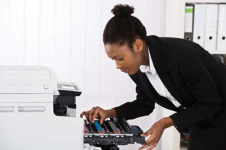 fotocopiadora: Empresaria joven máquina de la fijación de la fotocopia En Office