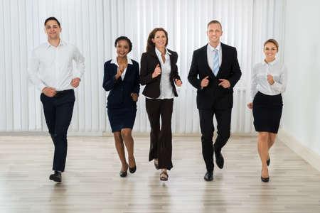 personas corriendo: Grupo de empresarios profesionales corriendo juntos en la oficina