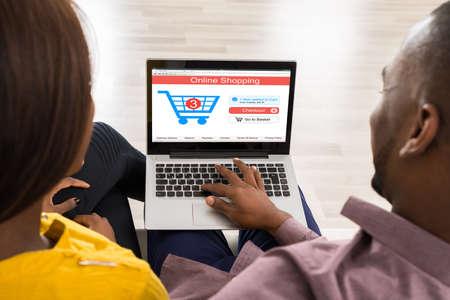 orden de compra: Primer plano de una pareja uso portátil para compras en línea