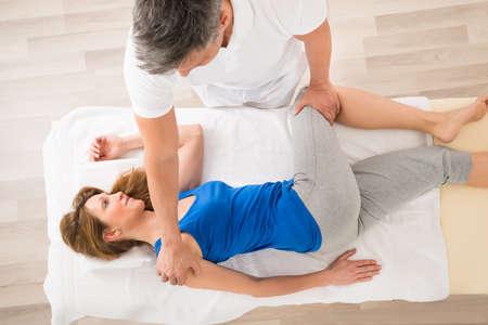 Massaggiatore facendo massaggio alla donna matura di Spa Archivio Fotografico