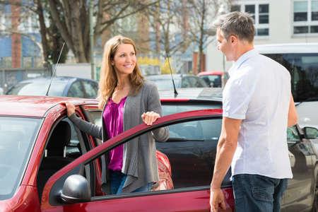 uomo rosso: Felice matura Coppia in piedi da New Car Door