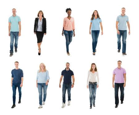 Collage de la feliz creativas gente que camina sobre el fondo blanco Foto de archivo