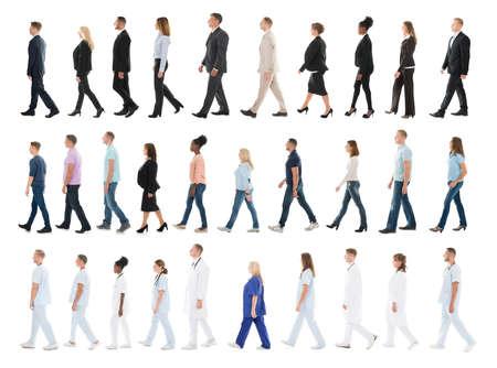 Collage von Menschen unterschiedlicher Berufe in Zeile gehen gegen weißen Hintergrund