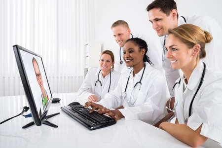 Grupo de médicos de videoconferencia en el ordenador en el Hospital