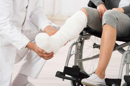 Close-up Of Doctor Examining Leg Of Female Patient Foto de archivo