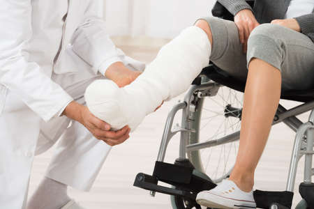 Close-up Of Doctor Examining Leg Of Female Patient Stockfoto