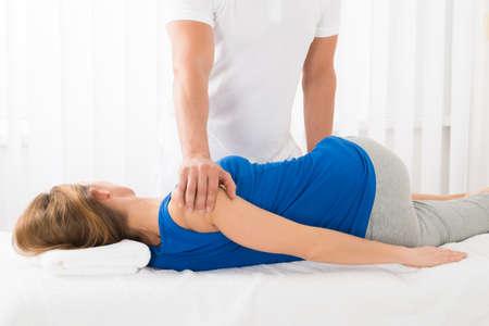 Masseur tun Massage auf Ältere Frau in Spa Lizenzfreie Bilder
