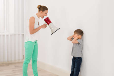 Moeder Screaming naar haar zoon door Megafoon