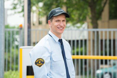 Portret Van Een Gelukkige Jonge Mannelijke Veiligheidswacht