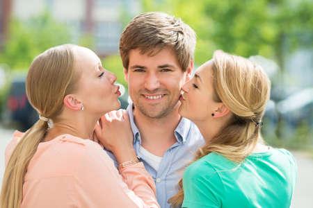 Красивые девушки целуются друг с другом крупным планом фото фото 73-766