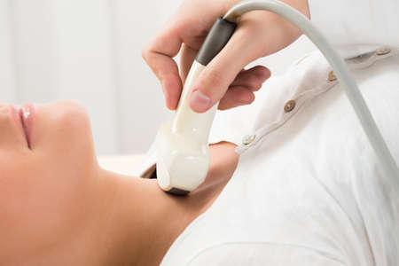 Mujer joven que hace el cuello Ultrasonido Hospital de examen en