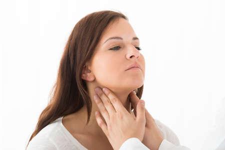 클리닉에서 여성 환자의 목 구멍을 만지고 의사의 손을 클로즈업 stock photography 클리닉에서 여성 환자의 목을 만지고 의사의 손을 클로즈업 스톡 콘텐츠 - 60869888