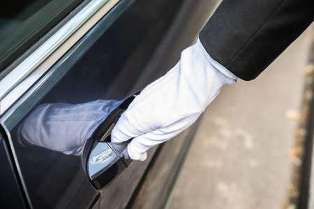 Close-up M ?? czyzna Chauffeur Wyci? Gaj? C uchwyt drzwi samochodu