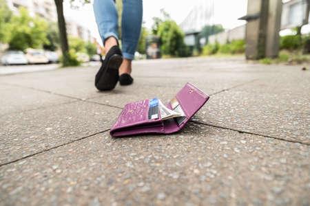 거리에서 그의 지갑을 잃은 후 걷는 여자