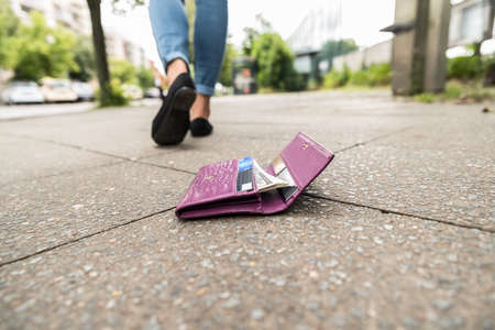 Woman Walking After Losing His Wallet On Street Archivio Fotografico