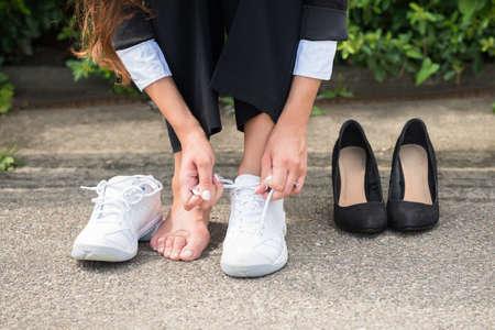 Close-up Of Businesswoman Changement Chaussures Sur la rue Banque d'images