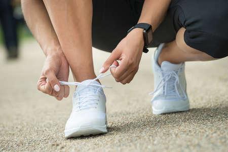 gefesselt: Close-up der weiblichen Athleten-Versuch Laufschuhe Ready For Jogging Erste