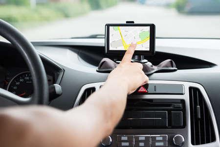Close-up van vrouwelijke kant met behulp van GPS-navigatie in de auto Stockfoto