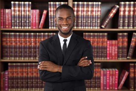 Portret Szczęśliwy mężczyzna prawnik w Urzędzie