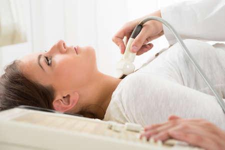Giovane donna che fa l'ecografia del collo esame presso Ospedale