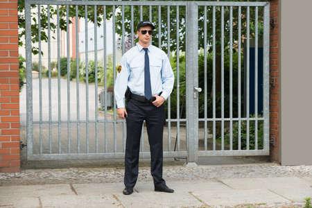 Portret van jonge mannelijke Beveiliging Standing At The Entrance