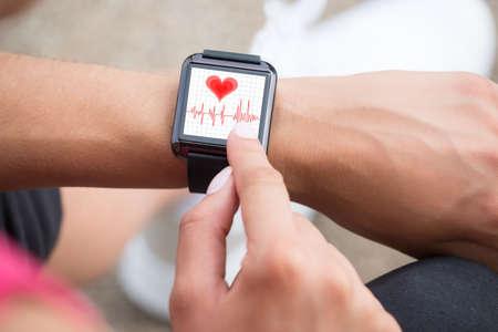 Close-up da mão humana Vestindo relógio inteligente Mostrando Pulsação Taxa