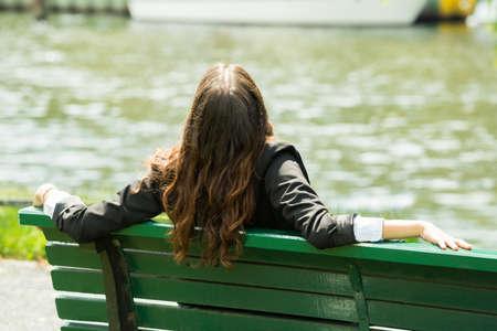 Vue arrière d'une femme d'affaires assis sur le banc Banque d'images - 61867846
