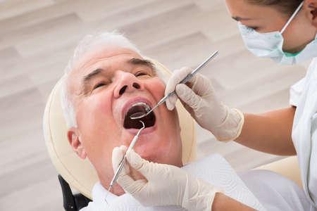클리닉에서 치과 치료를 받고있는 상급 생의 근접