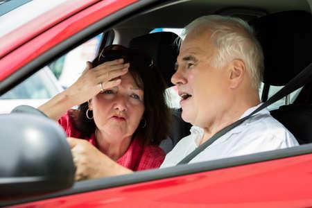 Pareja infeliz mayor que discute en un coche