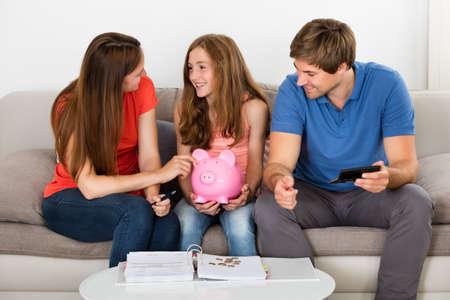 집에서 계산서 계산 소파에 앉아 행복 한 가족 스톡 콘텐츠