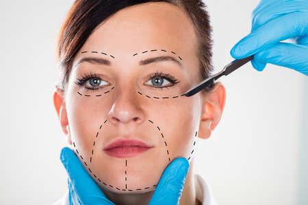 Primer plano de una cirugía cosmética con el escalpelo en la mujer joven
