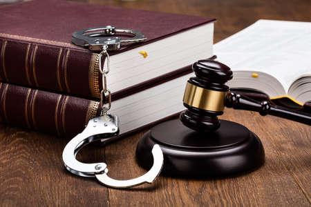 oracion: Mazo y manillas Con Libro Rojo legal en mesa de madera