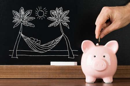 Close-up Van Persoon Hand Sparen Geld In Piggybank Voor Geniet Van Vakantie Op Strand