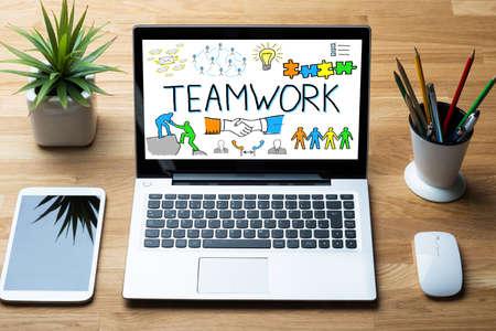 pflanzen: Nahaufnahme Des Laptops angezeigt Teamwork-Konzept mit Mobiltelefon auf Holz-Schreibtisch