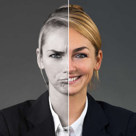 회색 배경에 다른 감정을 보여주는 젊은 여자의 두 측면 얼굴 스톡 콘텐츠