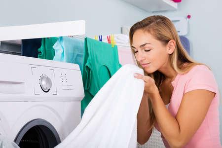 세탁 룸 앳 전자 세탁기 근처 여성 냄새 클린 의류