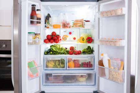 Öffnen Kühlschrank gefüllt mit frischem Obst und Gemüse Lizenzfreie Bilder - 69611601