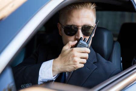 Surveillance Man Zittend In De Auto Spreken Op Walkie Talkie