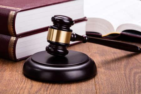 violación: Leyes de mazo con los libros en el escritorio de madera en la sala de tribunal