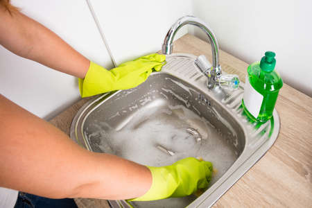 desague: Close-up Of Woman Cleaning The Sink In The Kitchen With Liquid Detergent