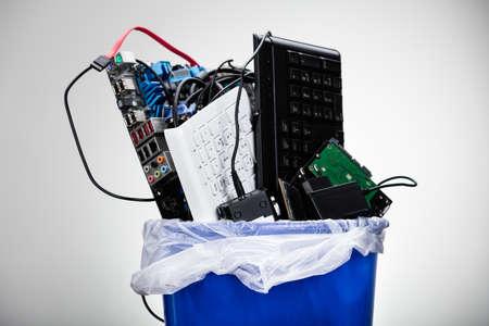 Close-up des geschädigten Hardware-Ausstattung in Mülltonne