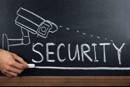 Primo piano di una persona che mostra concetto di sicurezza sulla lavagna