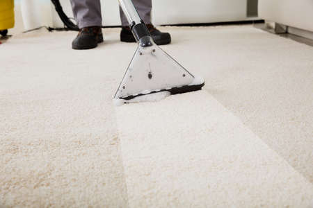 Bliska osoby do czyszczenia dywanów z Odkurzacz Zdjęcie Seryjne