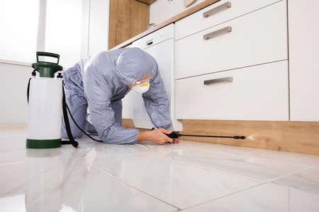 Exterminator Dans Workwear Pulvérisation de pesticides Avec Pulvérisateur Banque d'images - 70448751